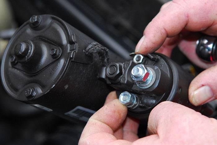 Conectar los cables del motor de arranque