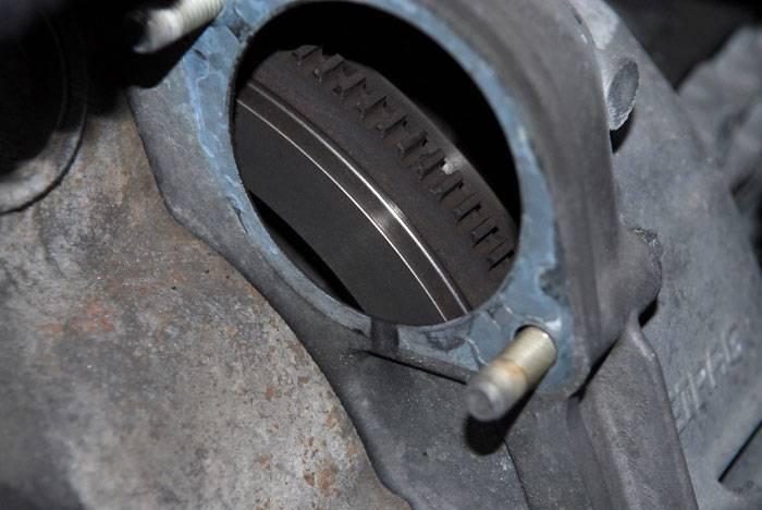 Motor de arranque fijado a la caja de cambios y al motor