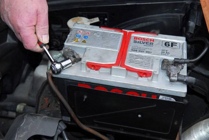 Volver a conectar el borne negativo de la batería